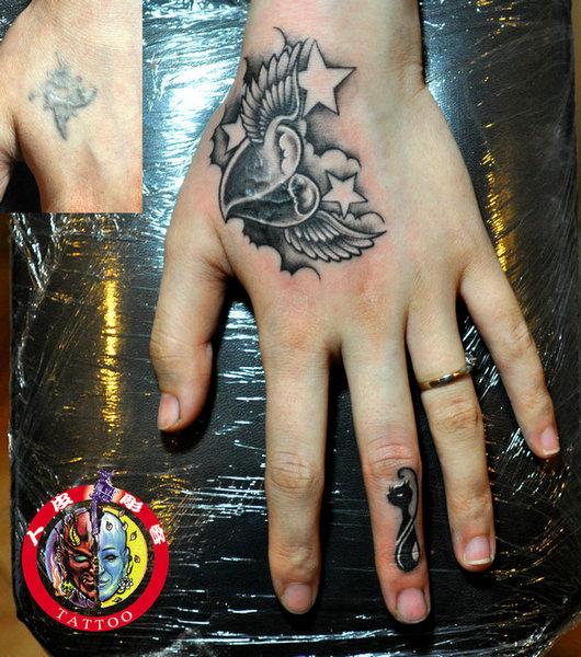 为了遮盖手背和手指上的两个旧纹身
